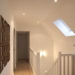 Parquet, peinture et éclairages d'un couloir